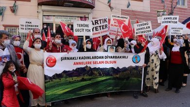 Evlat nöbetini sürdüren Diyarbakır ve Şırnak anneleri el ele vererek terörü lanetledi.