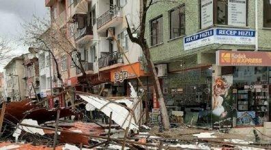 Zonguldak'ta fırtına apartmanın çatısını uçurdu
